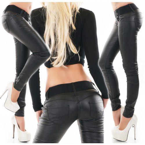 Fekete színű sztreccs bőrhatású nadrág öv dísszel