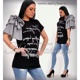 Fekete hosszított feliratos póló vállán fodros